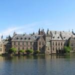Замковый комплекс в Гааге, на берегу озера Хофвижвер